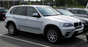 1280px-BMW_X5_xDrive30d_(E70,_Facelift)_–_Frontansicht,_2._Juli_2011,_Düsseldorf